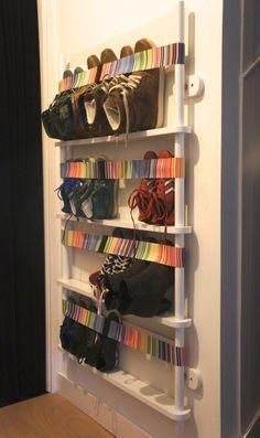 rangement chaussures mural avec bandes élastiques multicolores