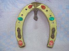 Ferradura em ferro fundido. <br> <br>Não é de hoje que as ferraduras são consideradas amuletos da sorte ? embora cada um acredite em uma maneira correta de usá-las, e sabe-se lá qual é a verdadeira. <br>O símbolo supersticioso tem uma sólida presença na cultura global. Sua popularidade remonta há séculos, quando as ferraduras eram usadas para afastar os goblins maus, criaturas do folclore nórdico que se assemelham a duendes. <br>Segundo o folclore antigo, o mundo das ?fadas? existiu durante…