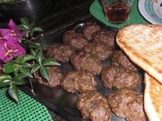 Σε ένα μπολ ζυμώνουμε τον κιμά καλά μαζί με όλα τα υλικά. Πλάθουμε σουτζουκάκια και τα ψήνουμε στη σχάρα στα κάρβουνα για 10΄-15΄από κάθε πλευρά. Μπορούμε να τα ψήσουμε και στη σχάρα του φούρνου ή σε ψηστιέρα. Beef, Ethnic Recipes, Easy, Food, Meat, Eten, Ox, Ground Beef, Meals