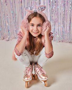 Con efecto faux fur y mucho brillo recibimos la temporada más fría del año ¡Nada que no pueda resolver el toque rosa 💕! #FunXMAS #GIRLbyStudioF  Orejas Ref. K210188 Chaleco Ref. K070131* Blusa Ref. K171281* Jean Ref. K130727* Calzado 'On wheels' Ref. K080005 *Estos precios son exclusivos Shop Online.  #Fashion #Moda #StudioF #StudioFCol #StudioFColombia #Style Fashion Moda, Fun, Style, Vestidos, Fashion For Girls, Jitter Glitter, Sweater Vests, Footwear, Blouse