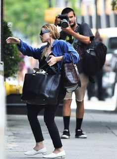 Ashley returning to NYC after her LA trip, July — Olsen Daily Mary Kate Olsen, Mary Kate Ashley, Ashley Olsen Style, Olsen Twins Style, Olsen Fashion, Star Fashion, Women's Fashion, Cute Date Outfits, Olsen Sister