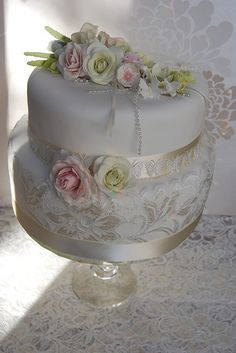 ROMANTIC WEDDING CAKE PINK AND GREEN ROSE BOUQUET