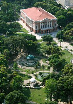 Vista aérea do Teatro da Paz, em Belém, capital do estado do Pará, Brasil.  Fotografia:  Jean Barbosa no Flickr.