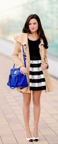 Vestido de rayas blanco y negro Crimenes de la Moda - Sheinside Striped dress - bolso azul Karen Millen blue bag - abrigo camel coat - zapatos blanco y negro Zara black & white shoes