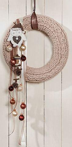 Couronne tricotée Christmas Door Wreaths, Diy Christmas Gifts, Winter Christmas, Holiday Crafts, Christmas Time, Dyi Crafts, Wreath Crafts, Diy Wreath, Handmade Home