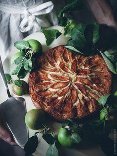När hösten börjar kännas i luften och vindarna blir allt kyligare, finns nästan inget bättre än att baka en riktigt god äppelkaka med äpplen från trädgården.