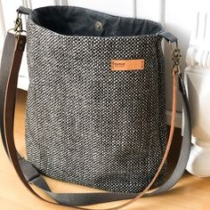 Pinned for bag material Bag Sewing, Handbags For School, Patchwork Bags, Patchwork Quilting, Bag Patterns To Sew, Fabric Bags, Brown Bags, Cloth Bags, Satchel Handbags