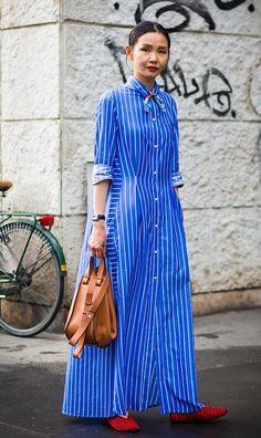 Street style look com bandana na gola do vestido.