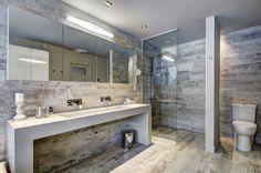carrelage sol salle de bain imitation bois, paroi de douche en verre, éclairage intégré et grand miroir rectangulaire