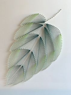 "DIY Fadenbild ""Blatt"" aus Nägeln ⋆ elfenweiss Conjures up this unique thread picture with effect for your apartment. The detailed DIY instructions describe step-by-step how you do it yourself. Diy Jewelry Unique, Diy Jewelry To Sell, Diy Jewelry Holder, Diy Jewelry Tutorials, Diy Jewelry Making, String Art Tutorials, Nail Art Diy, Diy Art, String Art Diy"