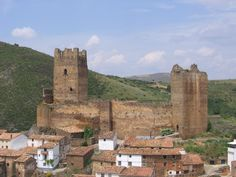 Castillo de Vozmediano. Soria Castle Ruins, Medieval Castle, Architecture Old, Beautiful Architecture, Real Castles, Fortification, Spain And Portugal, Monument Valley, Cathedral