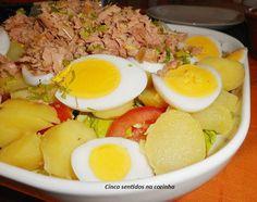 Salada de batata com ovo e atum - http://gostinhos.com/salada-de-batata-com-ovo-e-atum/