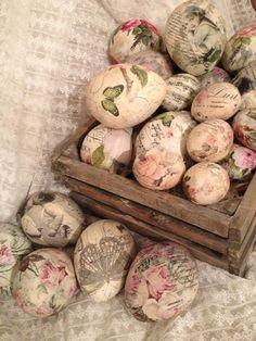 Decoupage på kreamikk egg Laget av Berit Tjøsvoll