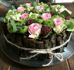 Bloemtaart, met o.a. rozen, chrysantjes, hortensia, skimmia en schors