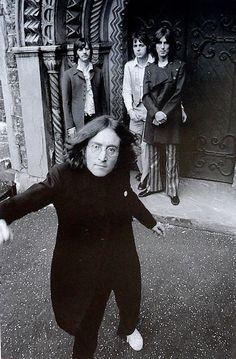 The Beatles, John Lennon (que parece un enano en esta foto), Paul Mccartney, George Harrison, Ringo Starr.