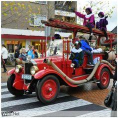 De oude brandweerauto van Drachten veroverd door de Zwarte Pieten. Friese Nummerbewijzen, kentekens voor auto's en motoren 1906-1951