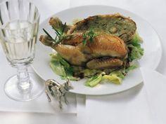 Gefülltes junges Hähnchen auf Wirsinggemüse ist ein Rezept mit frischen Zutaten aus der Kategorie Hähnchen. Probieren Sie dieses und weitere Rezepte von EAT SMARTER!