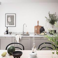 """678 gilla-markeringar, 2 kommentarer - Mäkleri i Göteborg (@alvhem) på Instagram: """"Redo för en av Vasastadens vassaste vindslägenheter i vackert byggnad signerat år 1893? Kolla in…"""" Dark Gray Sofa, Dining Area, Dining Table, Black Coffee Tables, Swedish House, Nordic Home, Grey Bedding, Open Plan Kitchen, Large Windows"""