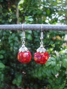Rode hoekige oorbellen, afgewerkt met Tibetaans zilveren kapjes.