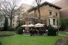 BERLIN: Jardin du café im Literaturhaus, café littéraire à Berlin [Charlottenburg] Berlin, Cafe Bar, Mansions, House Styles, Gardens, Tips, Coffee Cozy, Villas, Palaces