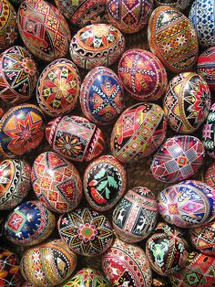 The Tips and Tricks to Perfect Pysanky Eggs Martha Stewart - Pysanky eggs are hand-drawn creations — first in pencil using guidelines to section off an egg into a grid pattern, and then with detail within the grid. Egg Crafts, Easter Crafts, Arts And Crafts, Easter Decor, Easter Ideas, Polish Easter, Easter Egg Pattern, Carved Eggs, Artists