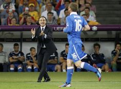 Italy's coach Prandelli shouts instructions to De Rossi during their Euro 2012 quarter-final soccer match against England at the Olympic Stadium in Kiev. GLEB GARANICH/REUTERS