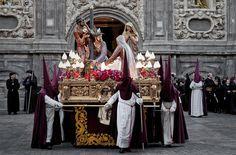 Semana Santa 2010 Cofradia de Jesús camino del Calvario.    Salida al Santo entierro desde la Iglesia de San Cayetano el Viernes Santo.