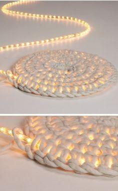 Level: medium // Ein Teppich entsteht um eine Lichterkette - cool // Gesehen bei: http://schoenstricken.de/2014/12/schoene-diy-ideen-fuer-weihnachten/