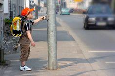 Wie Sie Ihr Kind auf den Schulweg vorbereiten Sporty, Style, Fashion, Kids Learning, Role Models, Kids Wagon, Parents, Left Out, Kindergarten