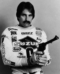 Dopo aver smesso soffrì di depressione. Ma ora è felice, e tutto intero. Brad Lackey era un capellone di talento di San Francisco, e si è trovato ad essere il primo americano a correre per la squadra ufficiale di un paese comunista e a vincere il mondiale 500 di motocross. Una vera icona.