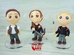 Kit 3 Mini Cult da trilogia Jogos Vorazes: Gale Hawthorne, Katniss Everdeen e Peeta Mellark.    Produto sob encomenda. Consulte prazos de produção e envio.    Material: biscuit; base acrílica redonda.  Altura aproximada: 8cm. R$ 74,90
