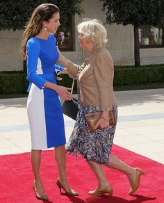 Camilla Duchess of Cornwall appears to curtsy to Kate Middleton. In fact the mark of respect is to Queen Rania of Jordan who was welcoming the Duchess and Prince Charles on a visit to the Royal Palace in Amman Camilla Duchess Of Cornwall, Duchess Kate, Duchess Of Cambridge, Camilla Parker Bowles, Queen Rania, Herzog, Royal Fashion, British Royals, Prince Charles