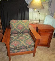 Bassett modern mission style chair, oak frame with upholstered seat and back in excellent condition