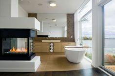 cheminée contemporaine dans une salle de bain luxueuse