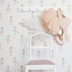 pared con papel pintado infantil con bailarinas
