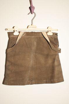 entzückender Lederrock bei www.extraschön.at Designer, Suitcase, Fashion, Guys, Moda, Fashion Styles, Fashion Illustrations, Briefcase
