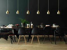 VitraHouse Loft Le lampade nella zona living sono le A330S Pendant Lamp di Alvar Aalto (Artek), le sedie: le Eames Plastic Chair (Vitra) e le Domus Chair di Ilmari Tapiovara (Artek)