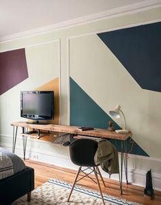 angolo studio minimalistico con tavolo-consolle con sottoripiani estraibili, ricavato da una tavola