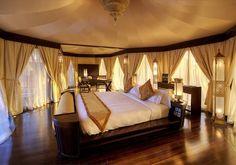 Es mí cuarto de mis sueños. Hay una mesa, cortinas y dos lámparas.. Mí cama de mis sueños tambien.