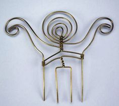 Comb by Alexander Calder, (not dated). In addition to the mobiles that made him… Wire Jewelry, Jewelry Art, Vintage Jewelry, Handmade Jewelry, Jewelry Design, Unique Jewelry, Jewelry Ideas, Fashion Jewelry, Alexander Calder