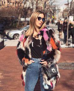 Três super tendência: mom jeans t-shits com frases e casacos de pelos coloridos! Adoro os três juntos acho super cool e vcs? A camiseta é @reginasalomao e o casaco @olympiahoficial ! #FhitsNY @fhits