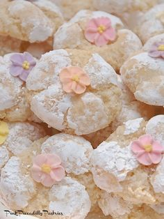 Pink Piccadilly Pastries: Thumbprint Cookies with Pink Marshmallow Fluff Buttercream Amaretti Cookie Recipe, Amaretti Cookies, Almond Cookies, Amaretti Biscuits, Anise Cookies, Italian Cookie Recipes, Italian Cookies, Italian Desserts, Italian Wedding Cookies