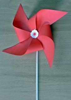 Pues hoy os enseño la forma clásica y sencilla de hacer un molinillo de viento o en inglés pinwheel. Y es que ahora que el sol ya calienta y los días son más largos apetece salir a hacer picnics, barbacoas o simplemente pasear al aire libre. Un molinillo puede ser un buen acompañante para estos