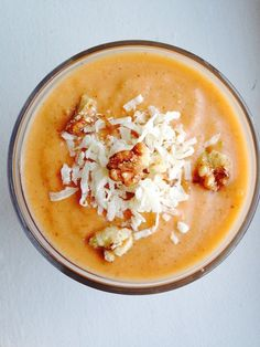 Want to have your Easter cake and eat it too? Well now you can, with this healthy carrot cake smoothie that tastes just like the real thing without the added calories and sugar! This is the perfect smoothie to kick-start your morning or end your day. Vegan Smoothies, Smoothie Drinks, Smoothie Recipes, Raw Food Recipes, Vegetarian Recipes, Cooking Recipes, Healthy Recipes, Keto Recipes, Yummy Drinks