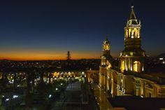 """El más bello ejemplo de la utilización de sillar se ve en la Basílica #Catedral de #Arequipa, ubicada en la #""""Plaza de Armas"""" (la plaza principal). La catedral es considerada una de las catedrales coloniales más inusuales y famosas del Perú. La construcción comenzó en 1 540, pero la estructura existente tiene un estilo neoclásico, y fue completado en 1 848. Las tres naves de la catedral son apoyadas por diez columnas, hasta la celebración de 18 bóvedas.  www.peruinsideout.com"""