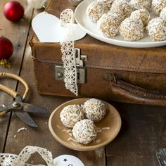 These delicious snow balls prove that festive treats don't have to be unhealthy or time consuming. They are a breeze to make (you just blitz all the ingredients up in a food processor, then roll the mixture into balls) and can … Continued Edible Christmas Gifts, Xmas Food, Christmas Treats, Christmas Time, Christmas Coffee, Healthy Treats, Yummy Treats, Sweet Treats, Healthy Eating