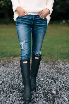 fall-madewell-sweater Hunter Boots Outfit, Black Hunter Boots, Hunter Rain Boots, Rain Boot Outfits, Womens Hunter Wellies, Rainboots Hunter, Casual Winter Outfits, Fall Outfits, Outfit Winter