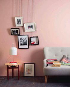 いつもは棚の上などに置いている写真立ても、天井からヒモで吊るして飾ると遊び心たっぷりになります。棚がなくても飾れるというところもいいですね。
