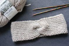 DIY: Helppo neulottu hiuspanta syksyyn – MINIMALISTICA | Lily Diy Projects To Try, Handicraft, Headbands, Knitted Hats, Knitting Patterns, Diy And Crafts, Knit Crochet, Lily, Craft