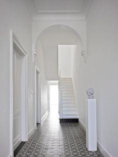 Tiled flooring creates character to a simple white hall way. Minimalist Architecture, Interior Architecture, Exterior Design, Interior And Exterior, Amazing Spaces, Looks Cool, White Walls, Interior Styling, Interior Inspiration